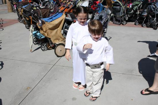 Kids dressed up as Luke and Leia